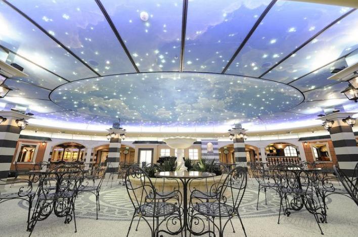La Piazza un lounge que asemeja a bordo del MSC Fantasía una auténtica Plaza de Pueblo Italiana