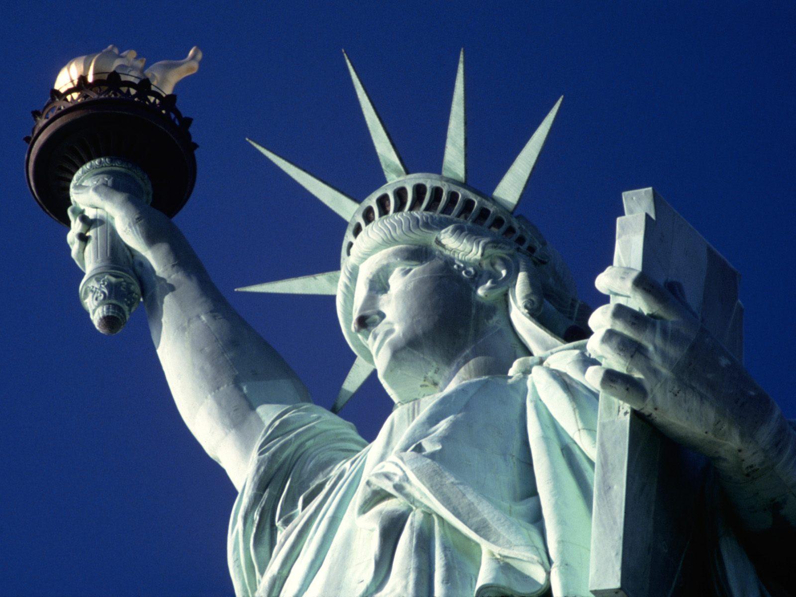 La estatua de la libertad recibe a los pasajeros que entran en barco a los EE.UU.